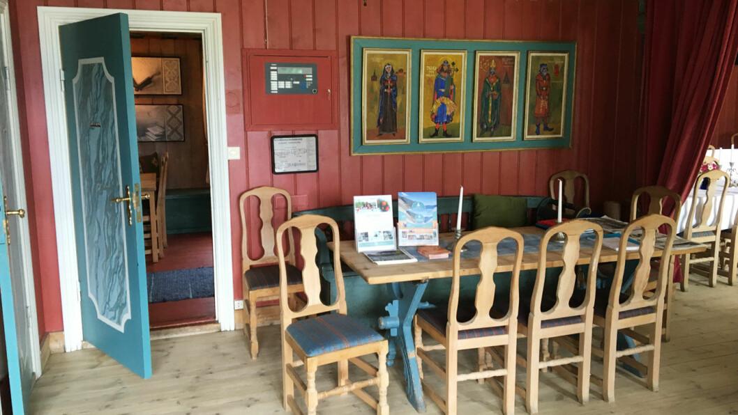 EN KUNSTPAUSE: Kjente kunstnere har besøkt og bodd på gjestgiveriet. Det er kunst på veggene og utstilling både inne og på låven.