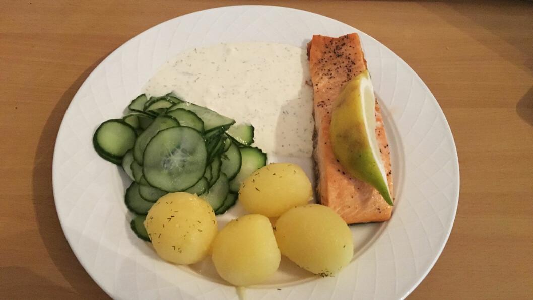 FERSK LAKS: Med agurksalat, rømmesaus og poteter.