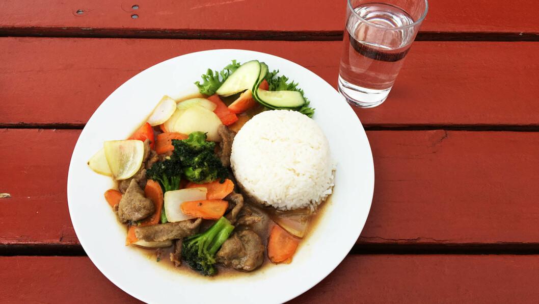 ASIATISK VEIMAT: Vi blir anbefalt teryiaki-wok. Her kan du velge flere asiatiske retter, men også tradisjonell norsk veimat.