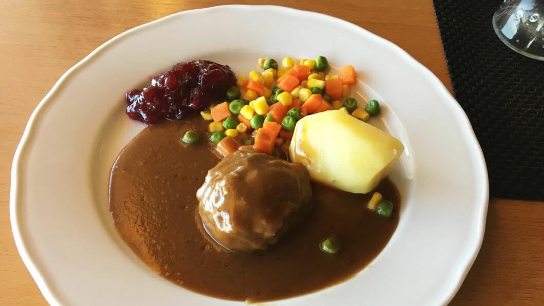 FRA BUFFETEN: Kjøttkaker med poteteter og grønnsaker.