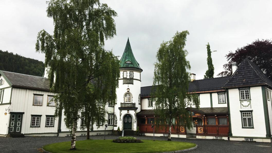BÅRDSHAUG HERREGÅRD: Dette er en herregård med historisk sus, og mye er bevart som på slutten av 1800-tallet.