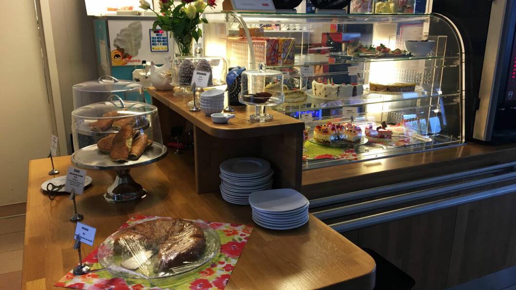 HJEMMEBAKTE KAKER: Det er flere sorter kaker i disken, og flere av dem er hjemmelagde. De har også glutenfri pizza og brød til pølser og hamburgere.