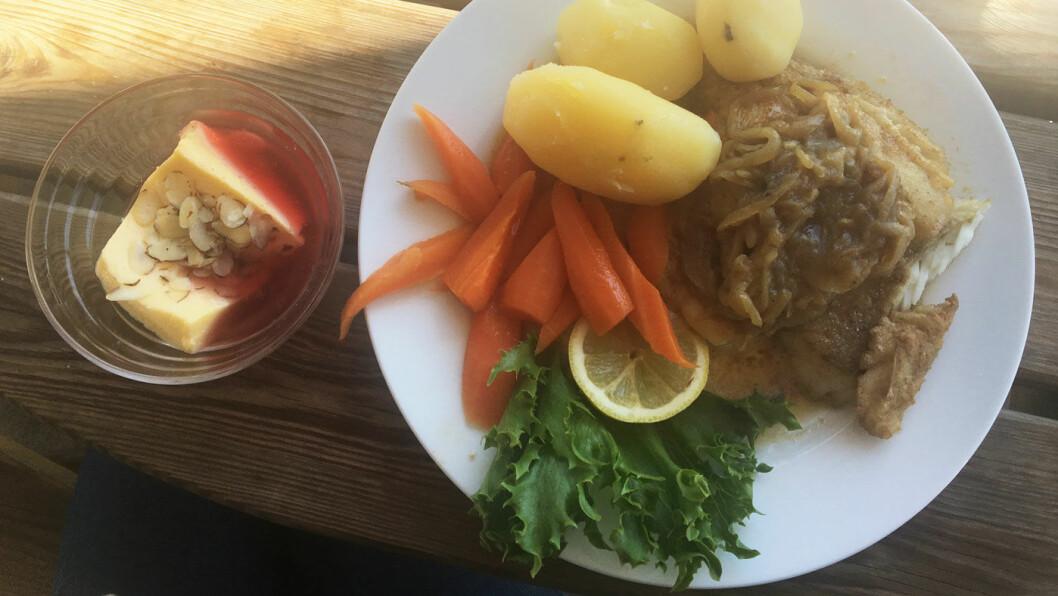 RAUS PORSJON: Stekt sei med løk og gulrøtter.