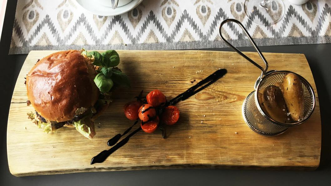 HERREGÅRDSBURGER: Burgeren er laget med lokale råvarer og hjemmebakt brioche-brød.