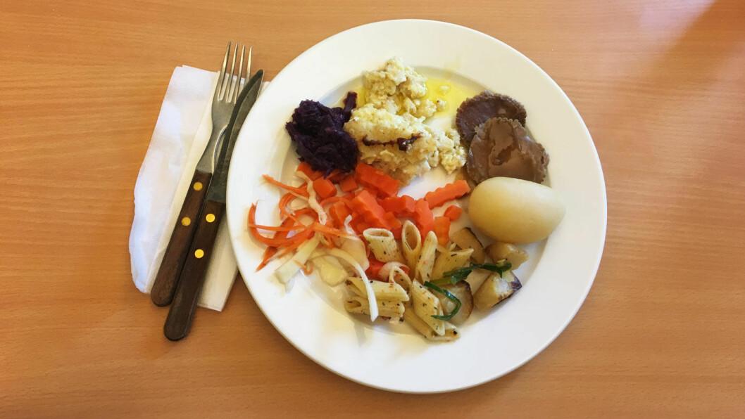 MIDDAGSBUFFET: På buffeten denne dagen er det fiskegrateng og svinesteik med poteter, salat og tilbehør.