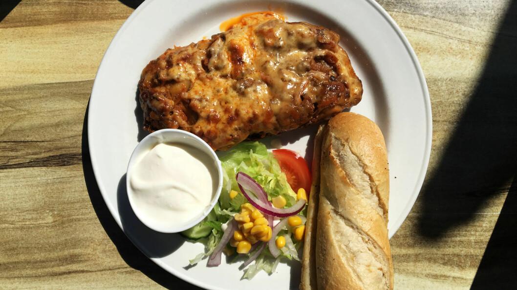 HJEMMELAGET: Lasagne med salat og én tomatskive og en fantastisk hjemmelaget, tyrkisk yoghurt.