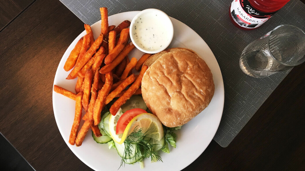 FISKEBURGER: På menyen står det flere burgere, også hjemmelaget lakseburger og en vegetarburger.