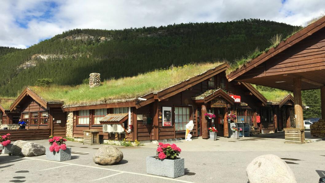OPPLEVELSESSENTER: Saltdal Turistsenter tilbyr både overnatting og veimat. Du kan lade bilen og fylle bensin, men også lade batteriene med et besøk i kunstgalleriet, Nordland Nasjonalparksenter eller gå deg en tur.