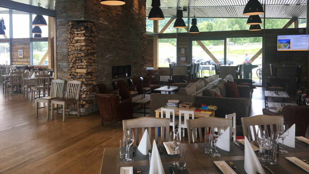 FLOTT LOKALE: Gode sofaer og pent dekkede bord gir en god opplevelse.