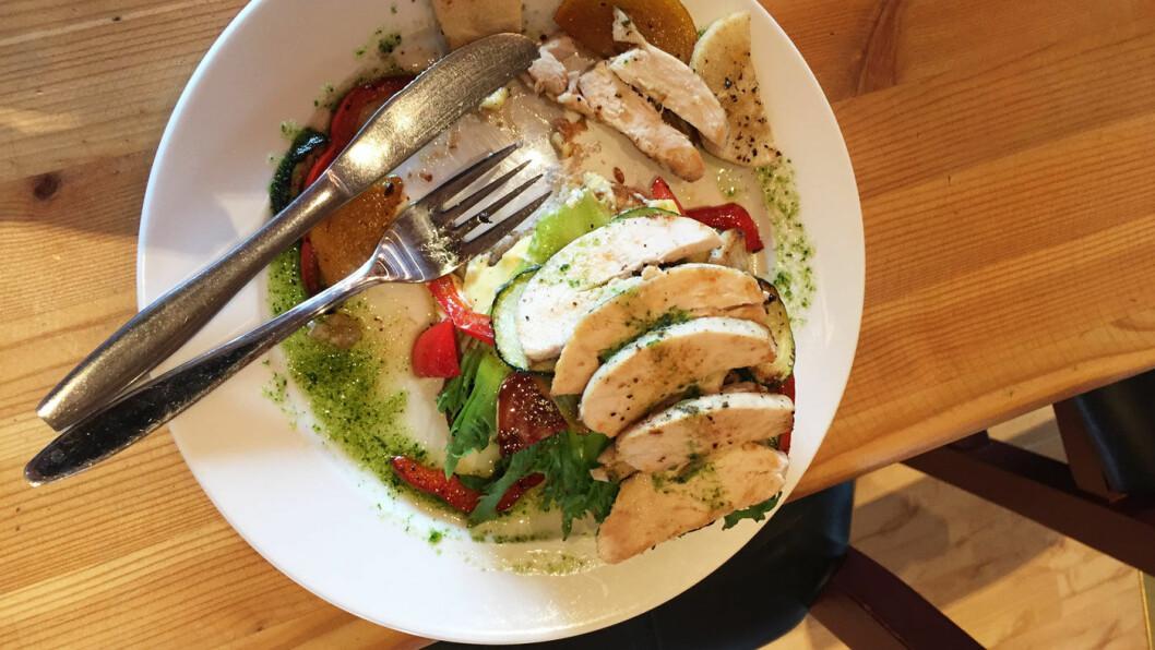 BÅDE OG: Kylling med grønnsaker var mye mat for pengene. Men vi ble snytt for landbrødet, og ble ikke akkurat imponert over pestoen. Men grønnsakene var passe stekt og veldig gode.