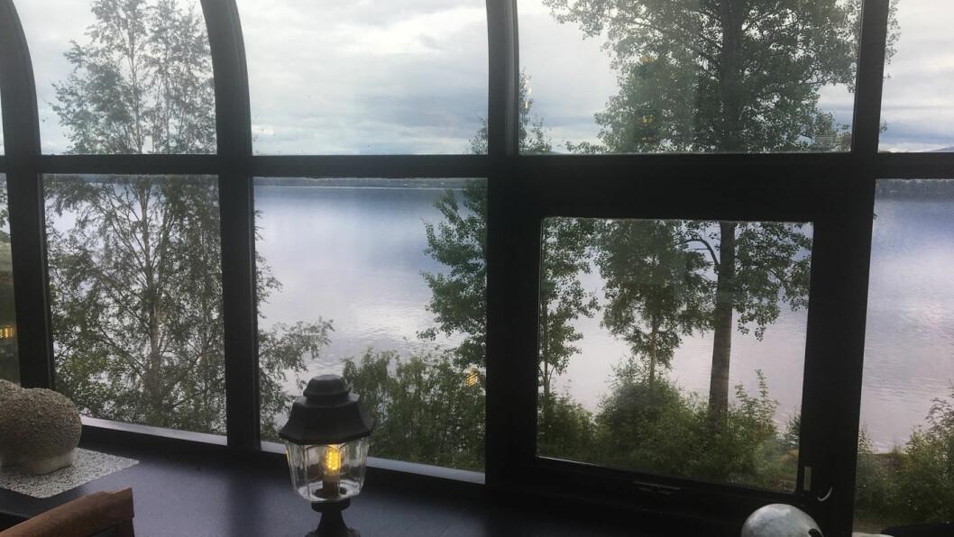 GLASSVERANDA: Fin utsikt mot Snåsavatnet.