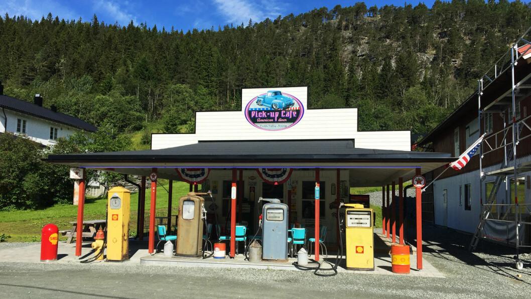 STOPPEFFEKT: Utendørs er det også mye å se på, som den gammeldagse, amerikanske bensinstasjonen og bilene på parkeringsplassen.