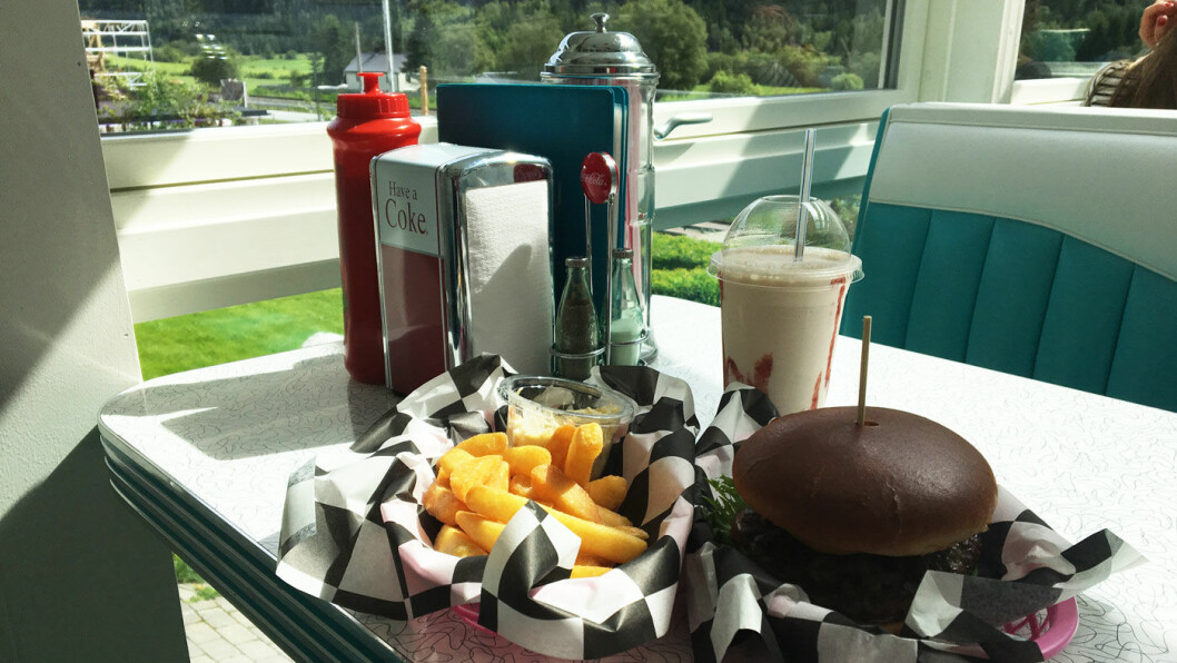 I SINE RETTE OMGIVELSER: Hamburger og milkshake servert i en amerikansk diner i Trøndelag.