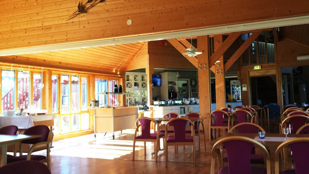 LYST: Mye lys, store flater og en hyggelig disk på Lofoten Turistsenter.