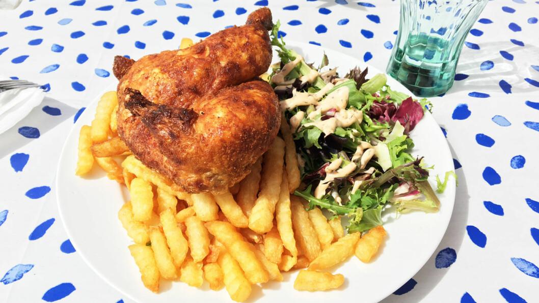 KYLLINGTALLERKEN: Ikke noe å si på størrelsen; en halv kylling og raust med pommes frites.