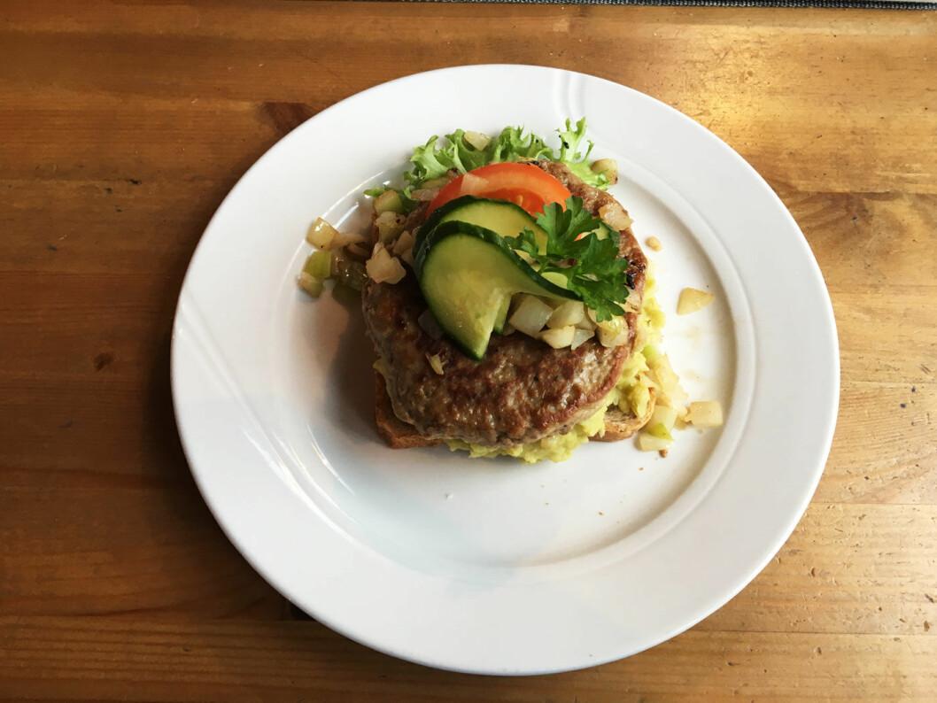 EN SLAGS HUSMANNSKOST: Det er burgere som preger menyen, men et smørbrød med hjemmelaget karbonade og ertestuing er et godt alternativ.