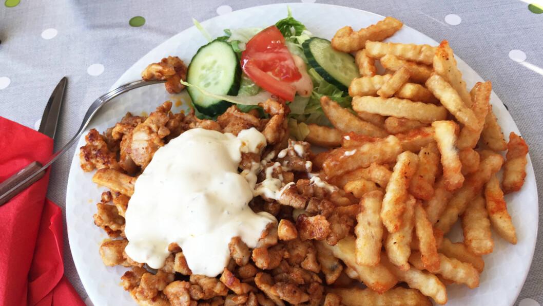 AVANSERT GATEKJØKKEN: Kyllingen smakte virkelig godt, og måltidet er på en måte en mellomting av godt gatekjøkken og en dæsj restaurant.