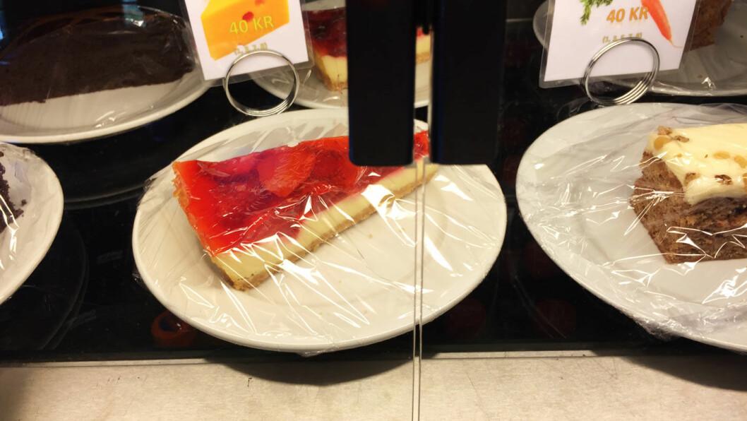 SØTT TIL KAFFEN: Flere sorter kake i disken.