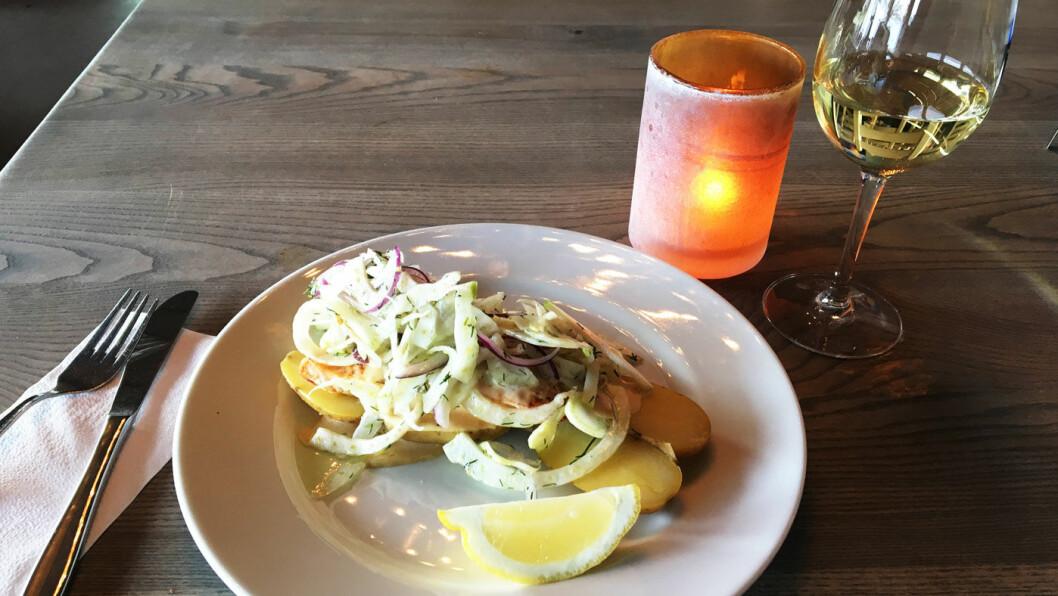 LEKKERT LAGT OPP: Fersk laks med fennikelsalat med eple og en fantastisk saus.