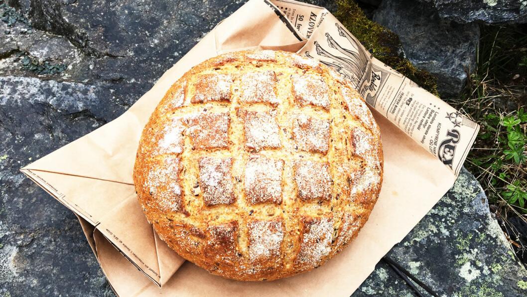 NYBAKT: Fra bakeriet kan du kjøpe med deg brød eller boller til turen videre.
