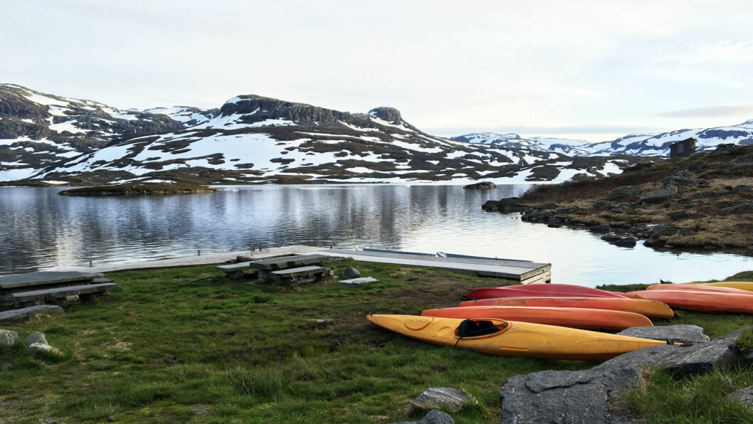 UTSIKT: Fra spisestua kan du se utover vannet og de snøkledde fjellene.