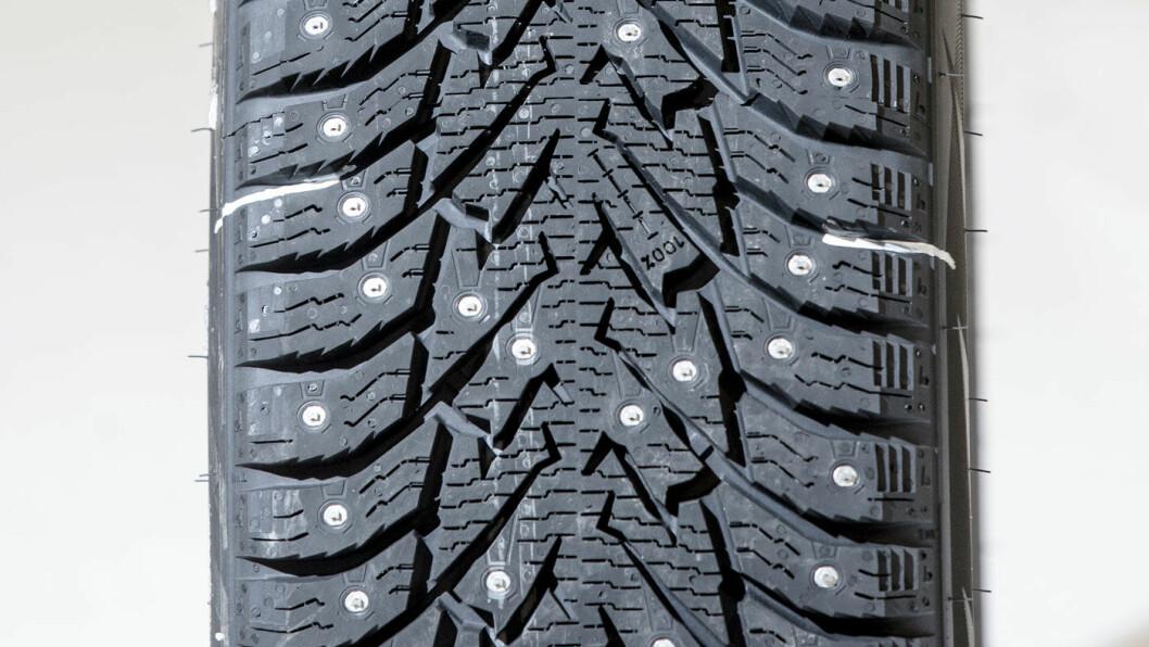 TØRRBREMS: Bridgestones piggdekk bremser bra på tørt føre, men svikter i andre nøkkeldisipliner.