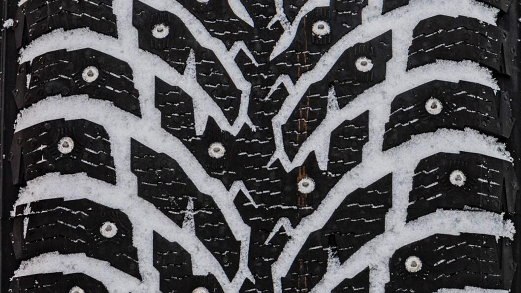 KJØREGLAD: Nokian-dekket er trygt og godt, med et pluss på snø og is. Foto: Peter Gunnars