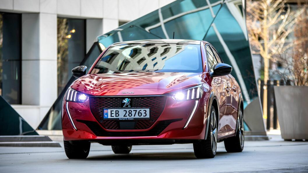 STILIG: Peugeot e-208 er stilig og sporty fra alle vinkler, etter Motors mening.