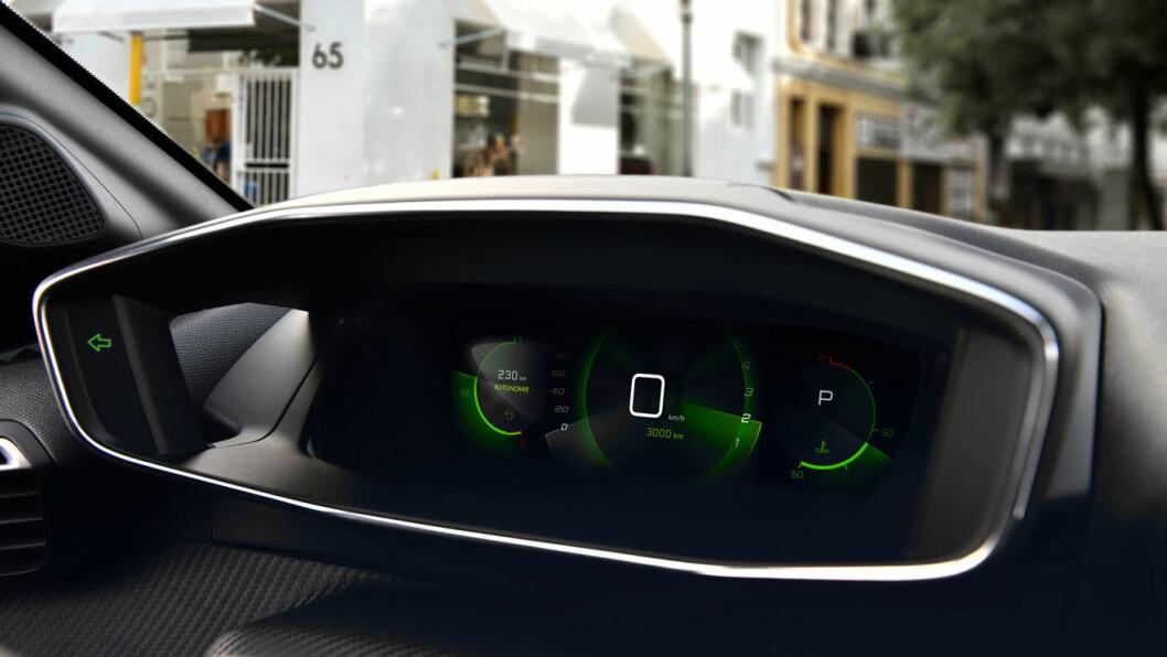 FIFFIG FRANSK: Avhengig av utstyrsnivå, så er 208 utstyrt med en skjerm over rattet som viser informasjon i et to-lags hologram. Du har to lag med informasjon hvor det som til enhver tid er viktigst vises nærmest sjåføren. Sekundærinformasjonen ligger i hologrammet bakenfor.