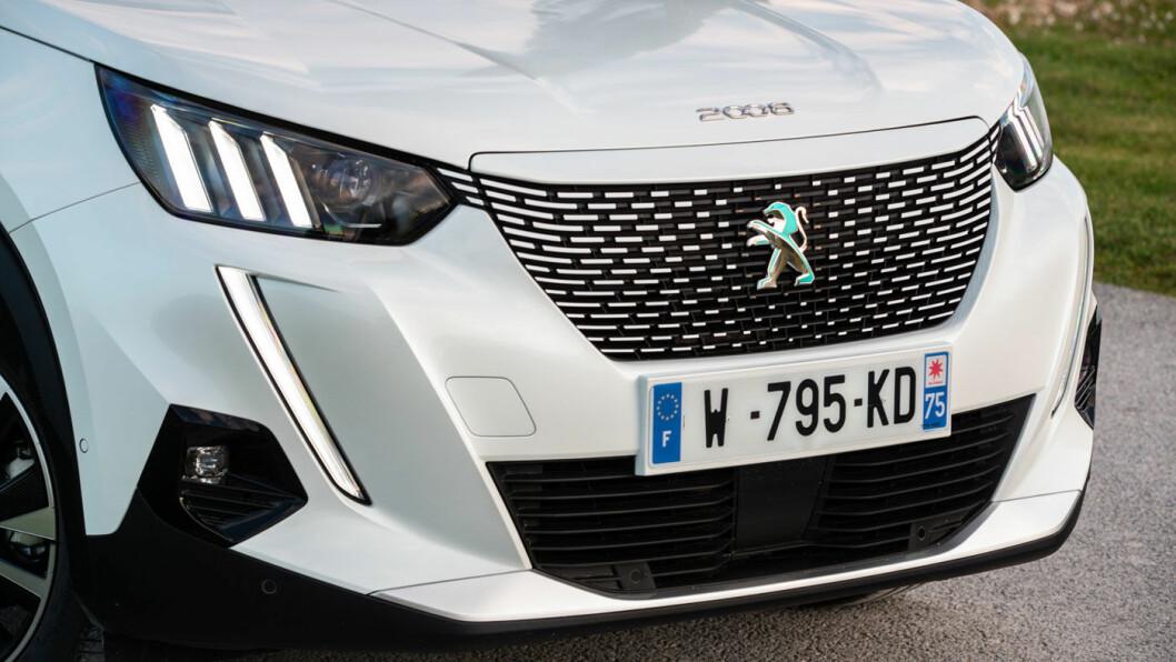 LØVE-DNA: Designmessig er e2008 umiskjennelig Peugeot med løve i grillen og klør i lyssignaturen. e2008 og ordinære 2008 er identiske i eksteriøret – med ett unntak: På e2008 er stripene i grillen horisontale, på 2008 er de vertikale.