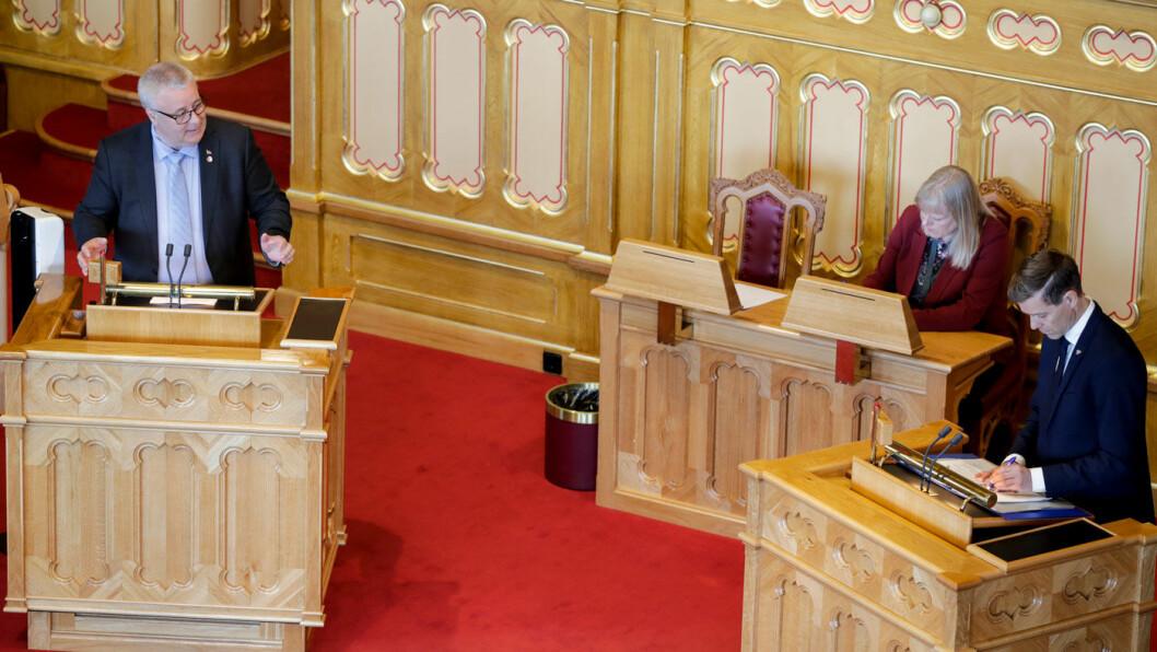 VAR SKEPTISK: Bård Hoksrud (t.v.) krever at samferdselsminister Knut Arild Hareide (t.h.) tar grep etter Motors bombrikke-avsløringer. Her fra en spørretime i Stortinget i mai. Foto: Vidar Ruud, NTB scanpix
