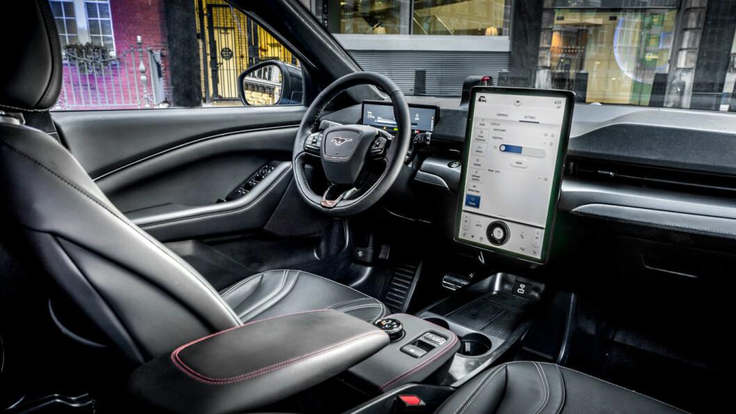 MOBIL: Fords første ordentlig elbil har infoskjerm i Tesla-størrelse, men med stående framfor liggende visning.