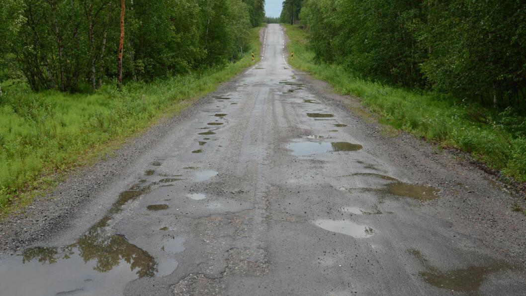 <b>INGEN UNDER, INGEN PÅ SIDEN:</b> Pasvikveien i Finnmark, fylkesvei 855, er sannsynligvis en av Norges dårligste veier. Foto: Per Roger Lauritzen