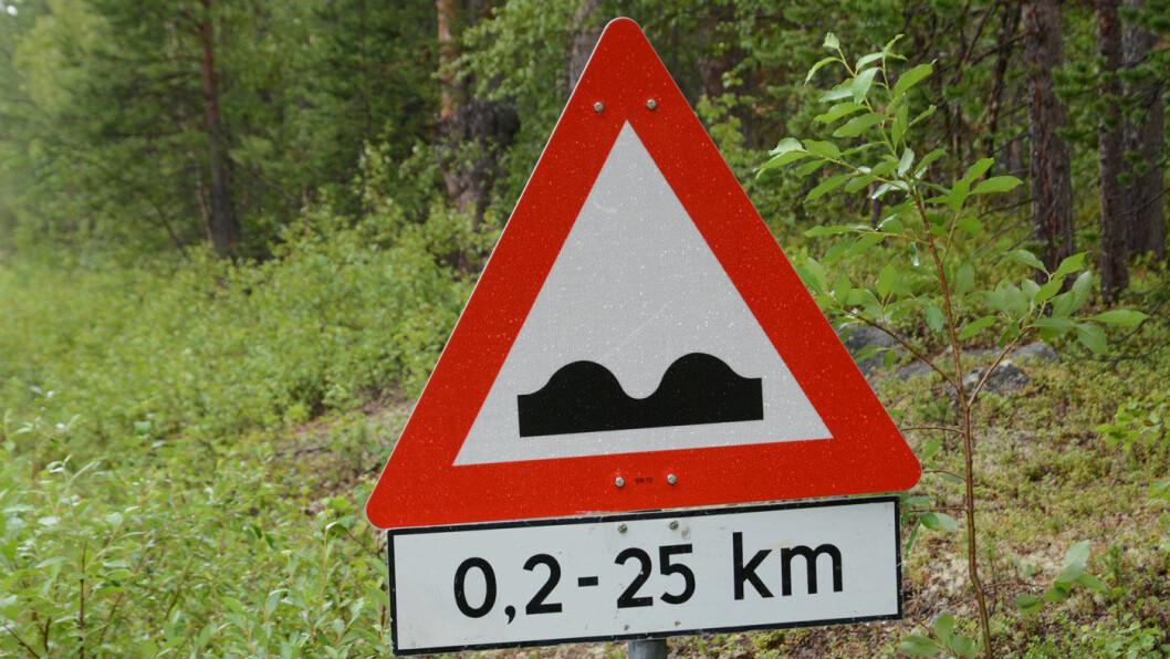 HOMPETITTEN: Skiltet langs Pasvikveien levner ingen tvil om hva som er i vente lengre ned i veien. Foto: Per Roger Lauritzen
