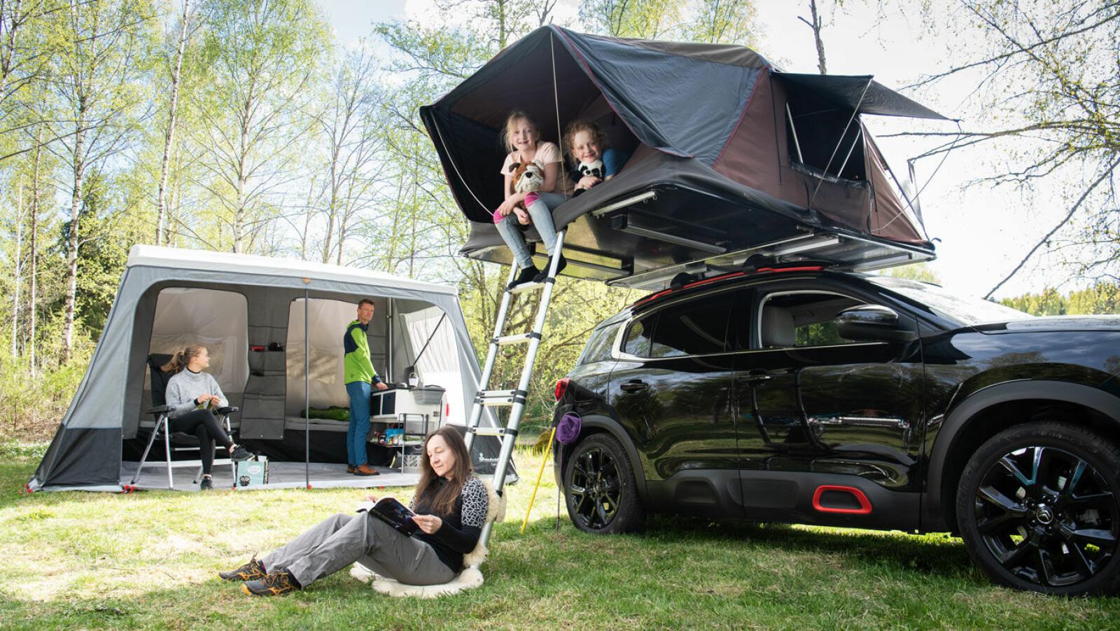 UT PÅ TUR, ALDRI SUR: Det er mange smarte, enkle campingløsninger å velge blant for bilturister, men uansett hva du velger er det viktig med godt humør!