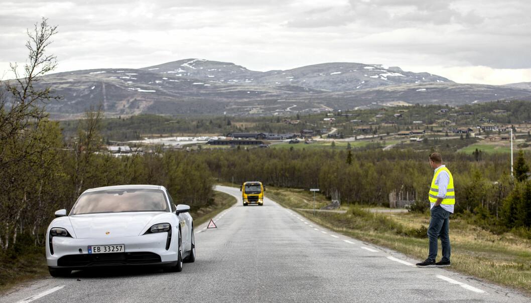 HJELP: En Porsche Taycan venter på bilberger, men kun fordi den bevisst ble kjørt tom for strøm av Motor/NAF.