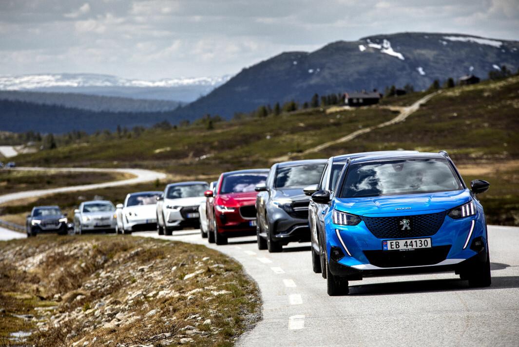 FJELLKLATRERNE: Et knippe elbiler med Peugeot e-2008 fremst på vei over Venabygdsfjellet.