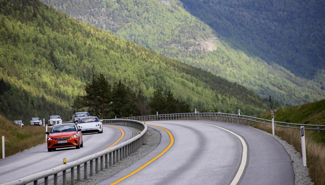 ET LITE STYKKE NORGE: Elbiler på vei opp Gudbrandsdalen.