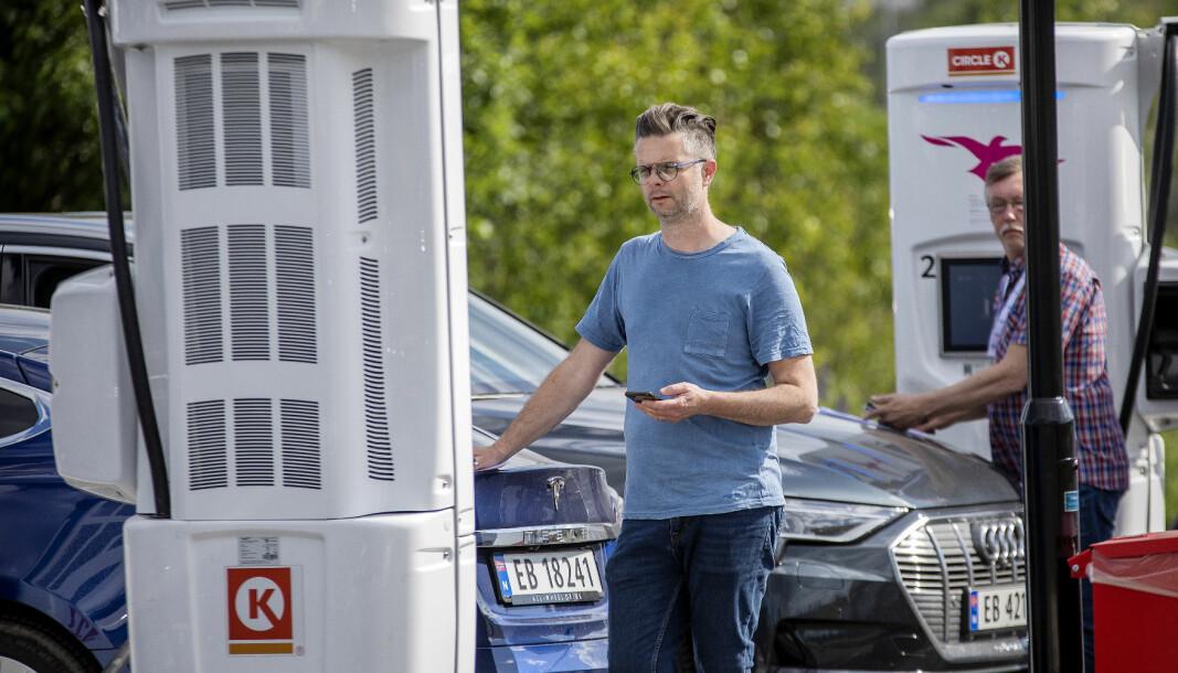 <b>TENK LADETID</b>: Nils Sødal og Audun Bergerud (bak) i NAF passer klokken under ladetesten i juni.