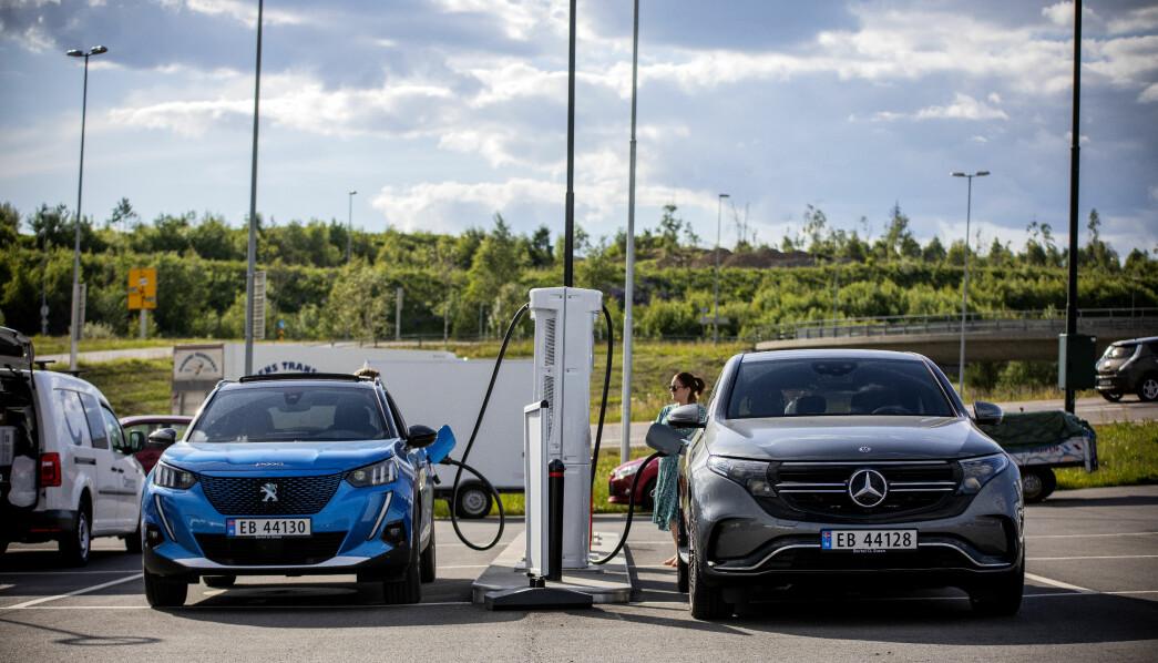 <b>LADETEST: </b>Peugeot e-2008 og Mercedes EQC side om side under NAF og Motors store rekkevidde- og ladetest tidligere i sommer.