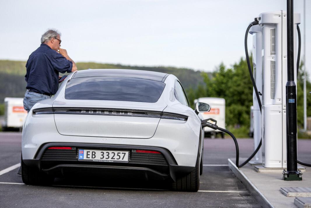 <b>GENIAL NYHET: </b>Tesla har så langt vært eneste med automatisk betaling. Nå får Porsche det også.