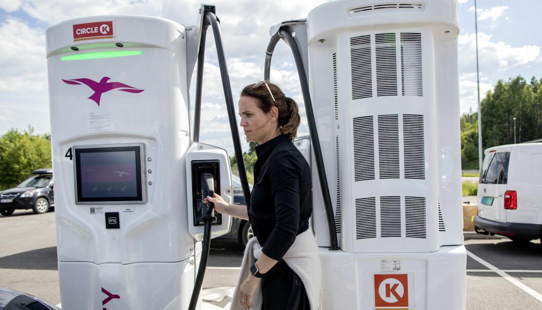 KLAR-FERDIG-TEST: Hanne Roll i NAF gjør seg klar til å lade en Kia e-Niro under sommerens test.