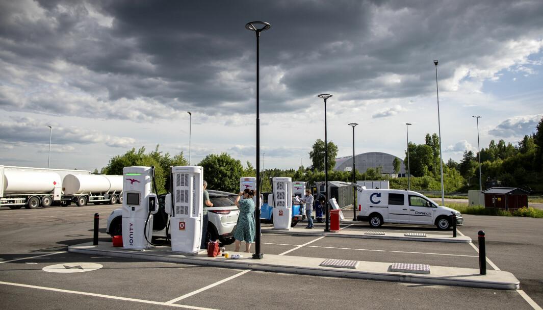 LADESTOPP: Nå er det nesten 350.000 elbiler i Norge. Det tilsvarer 106 biler per hurtiglader.