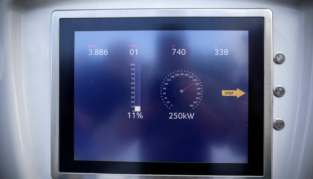 <b>RETT I TAKET</b>: Porsche Taycan lader med ekstremt høy effekt. Her er infoskjermen som forteller om 250 kW mottatt.