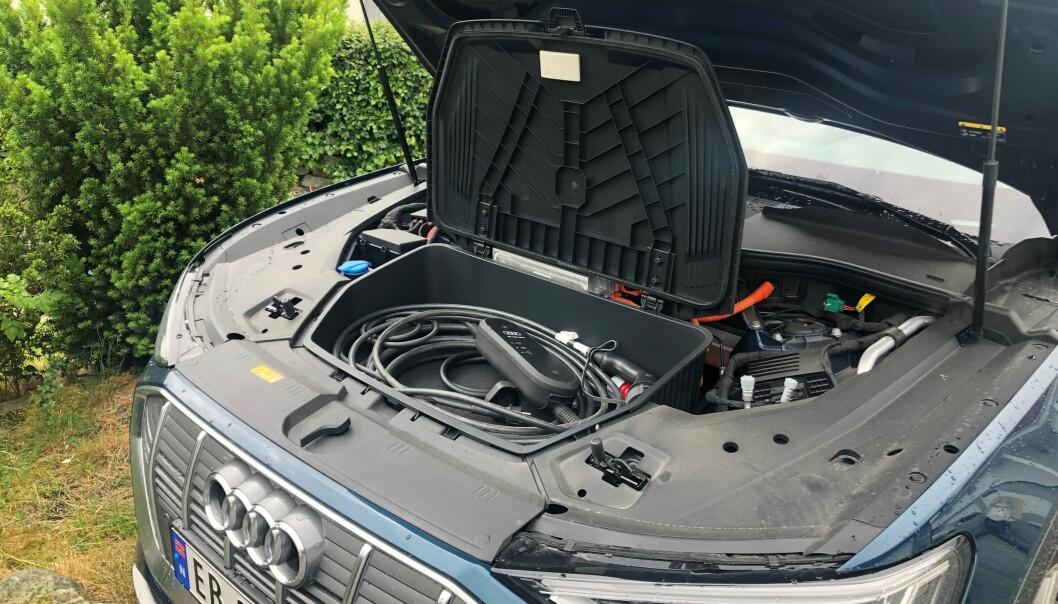 I FRUNKEN: Inni frunken, sammen med ladekabelen, har Audi e-tron-eieren gjemt Autopass-brikken, etter råd fra bilselgeren.