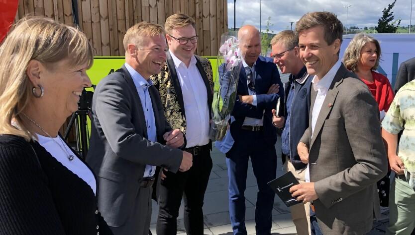 <b>FORNØYD:</b> Samferdselsminister Knut Arild Hareide er fornøyd med at Anette Aanesland (t.v.) og Nye Veier har bygget nye E6 både billigere og raskere enn budsjettert. Til høyre for Aanesland er Helge Orten, leder i Stortingets samferdselskomité.