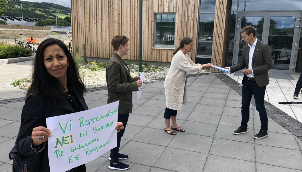 <b>NEI TIL BOM:</b> Flere i Ringsaker vil ikke ha bomstasjoner på sideveiene. Da den nye veien åpnet protesterte de, og overrakte samferdselsminister Knut Arild Hareide brev med sin misnøye.