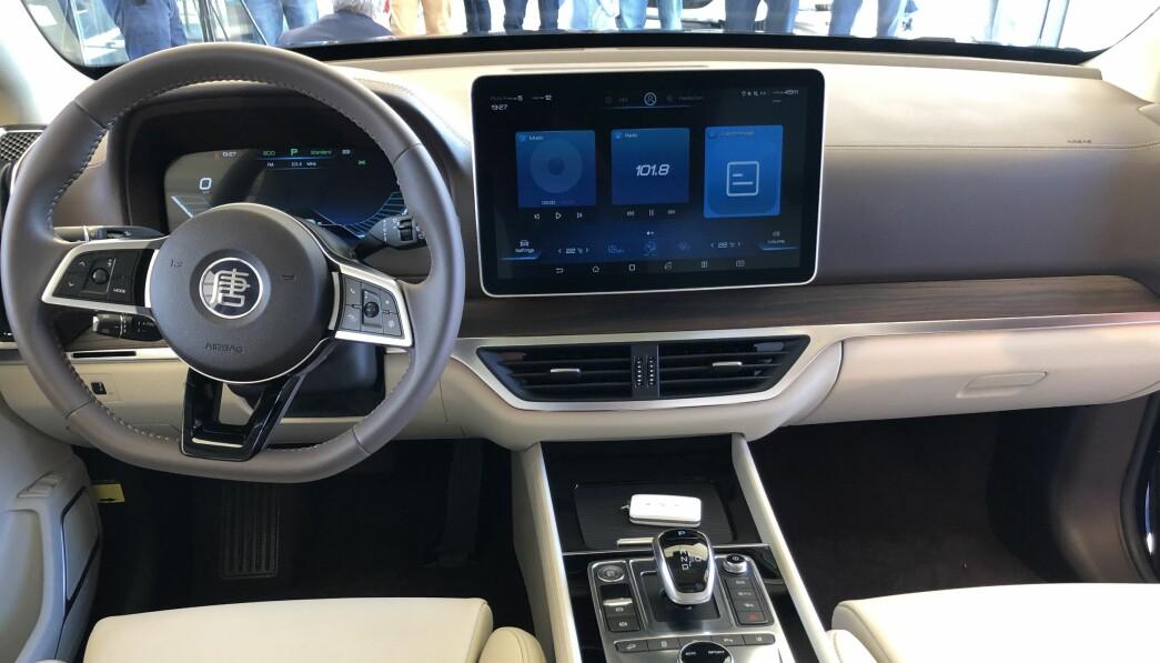 MODERNE: Instrumentpanelet i BYD Tang ser moderne ut og har en kvalitetsfølelse som folk flest vil oppleve er på nivå med Tesla, Jaguar I-Pace og Mercedes EQC, men kanskje litt under Audi e-tron.