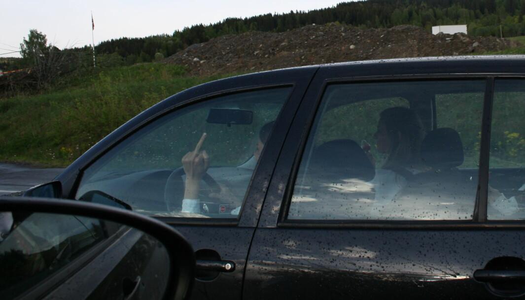 <b>TRAFIKKGLEDE</b>: Tiril pleier å observere andre bilister og mener at altfor mange kjører som idioter