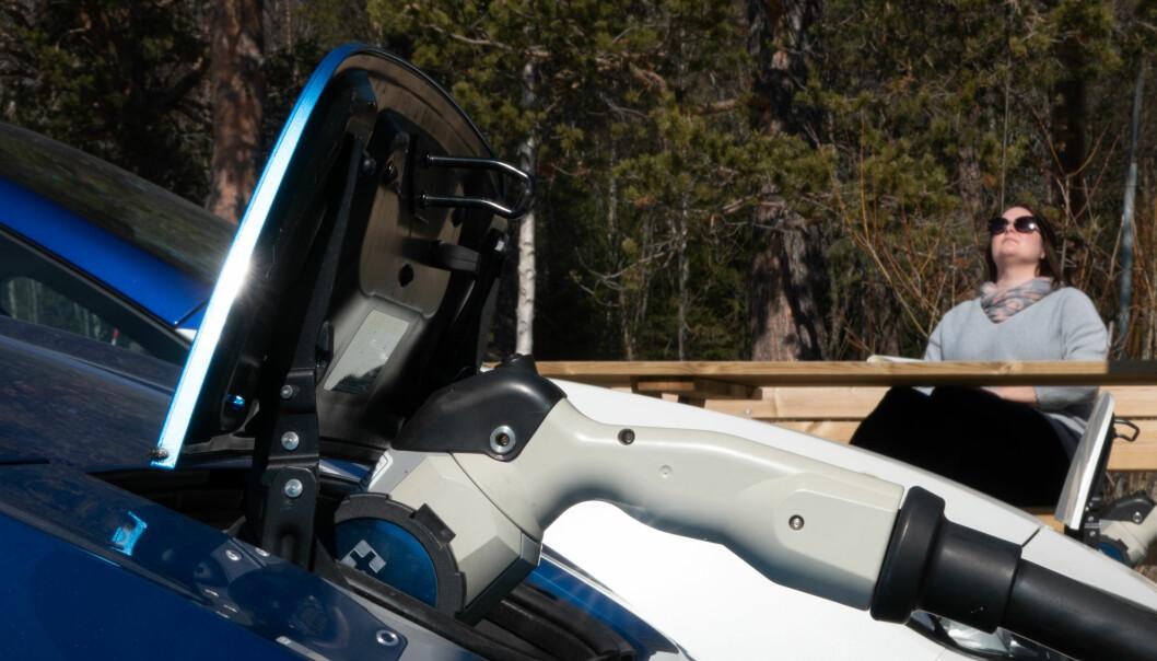 <b>KJENN DIN INDRE KILOWATT: </b>Du får tid til å nyte sola hvis du skal fullade en Nissan Leaf. Men det skal sies: Den første ladestasjonen som gir Leaf 62 kWt-bilene mer effekt, har nå kommet på plass.